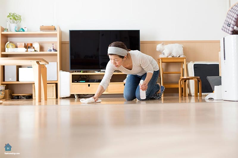 Cleaning-HardwoodWood-Floor-with-vineger-and-cloth